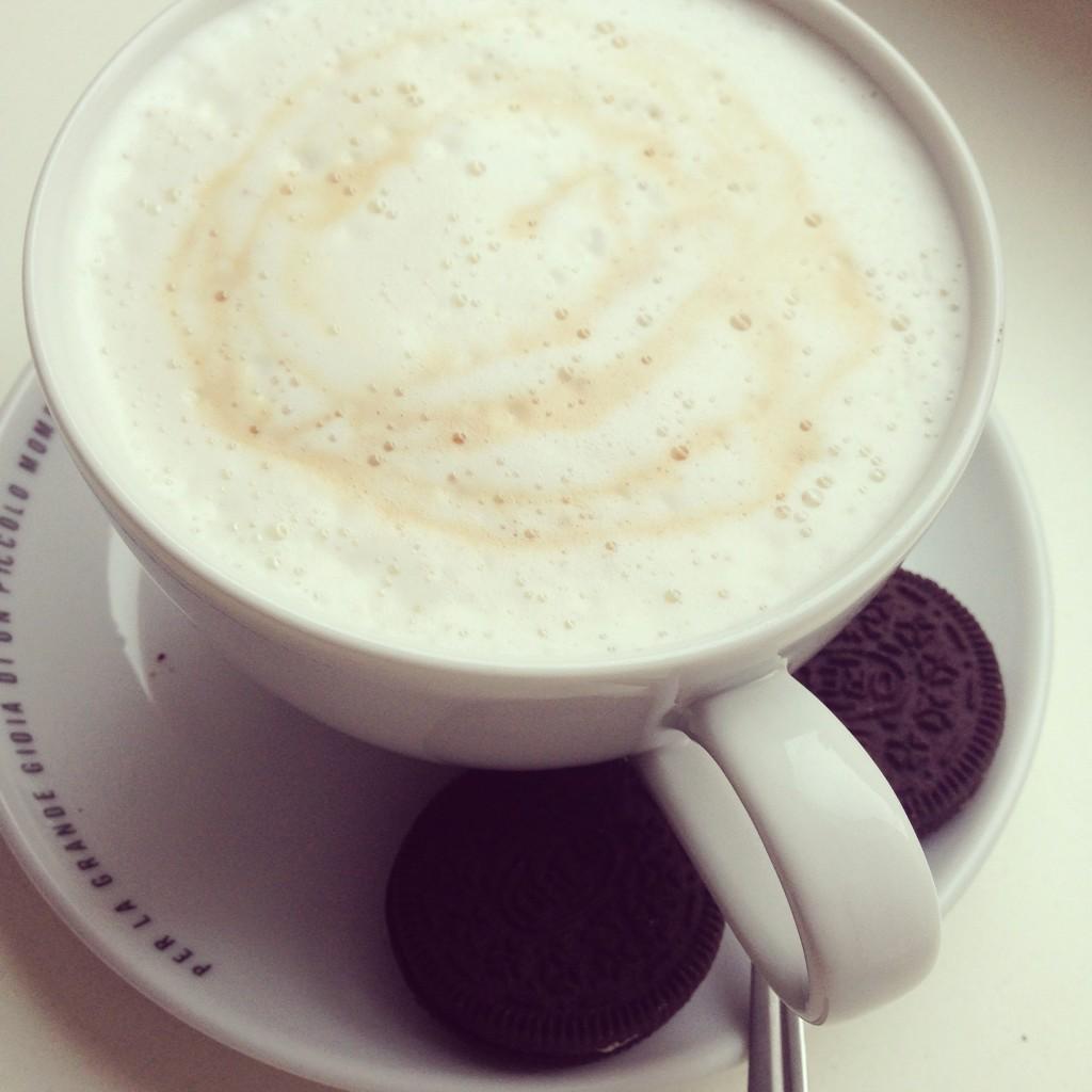 Kaffee und Oreo Kekse